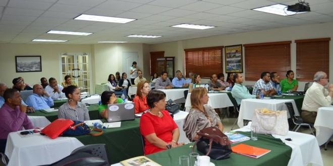 Periodistas participan en taller sobre turismo sostenible en Puerto Plata.